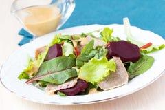 与莴苣叶子的新鲜的沙拉,煮沸的牛肉,甜菜,芥末 库存照片
