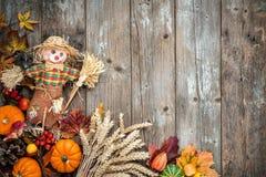 与稻草人的五颜六色的秋天背景 免版税库存图片