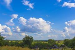 与绿草和云彩的夏天横向 库存图片
