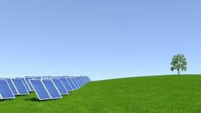 与绿草和美丽的蓝天的太阳电池板 免版税库存图片