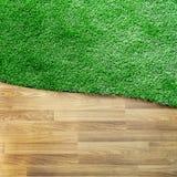 与绿草地板的木纹理 免版税库存照片