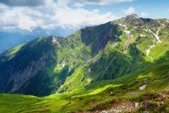 与绿草的山风景 免版税库存照片