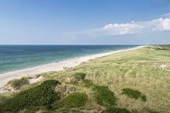 与绿草的沙丘 海滩的看法 库存照片