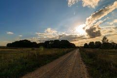 与绿草的秋天风景在草甸和cloudly天空 免版税图库摄影
