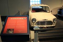 与1960年莫妮斯的历史的招贴迷你Minor/850在显示,萨拉托加汽车博物馆,纽约, 2015年 免版税图库摄影