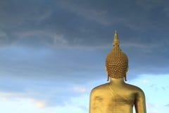 与头菩萨雕象的Wat Muang 免版税库存照片