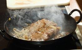 与洋葱圈的牛肉 免版税库存图片