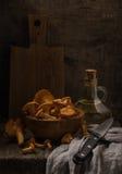 与黄蘑菇的经典土气静物画 免版税库存图片