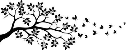 与蝴蝶飞行的黑树剪影 免版税库存照片