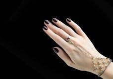 与黑表面无光泽的指甲油的被修剪的钉子 修指甲以黑暗 免版税库存照片