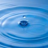 与水表面的水下落冲击,导致在sur敲响 库存照片
