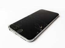 与破裂的屏幕的残破的苹果计算机iPhone 6 库存图片