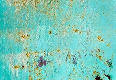 与破裂的油漆的生锈的被绘的蓝色金属纹理 免版税库存照片