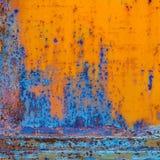 与破裂的油漆的生锈的被绘的金属 橙色和蓝色颜色 图库摄影