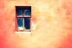 与破裂的油漆,葡萄酒与老窗口的砖墙背景的老窗口 免版税图库摄影
