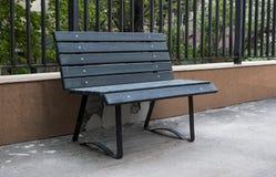 与破裂的瓦片的空的长凳 故意破坏在城市 Impoten 免版税库存照片