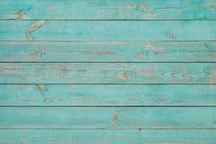 与破裂的蓝色油漆的老木板条 库存图片