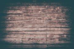 与破裂的颜色油漆的老棕色破旧的木板条 库存图片