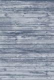 与破裂的颜色油漆的老灰色破旧的木板条 库存照片
