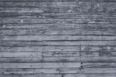 与破裂的颜色油漆的老灰色破旧的木板条 免版税库存图片