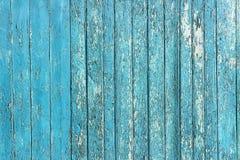 与破裂的颜色油漆的老被剥皮的木板条,背景老盘区 库存图片