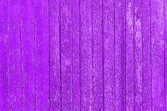 与破裂的颜色油漆的老被剥皮的木板条,背景老盘区 免版税库存图片