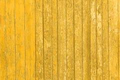 与破裂的颜色油漆的老被剥皮的木板条,背景老盘区 免版税库存照片