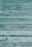 与破裂的颜色油漆的老绿色破旧的木板条 库存照片
