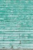 与破裂的颜色油漆的老绿色破旧的木板条 免版税库存照片