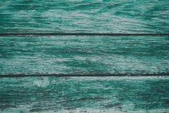 与破裂的颜色油漆的老绿色破旧的木板条 免版税图库摄影