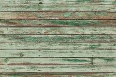 与破裂的颜色油漆的老绿色破旧的木板条 免版税库存图片