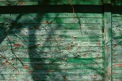 与破裂的颜色油漆,背景的老破旧的木板条 免版税库存图片