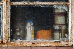 与破裂的玻璃的生锈的和切削的金属窗架 免版税库存照片