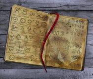 与说谎在木桌上的冶金标志的旧书 向量例证