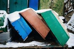 与说谎在冻湖岸的渔夫小船的冬天风景 库存照片