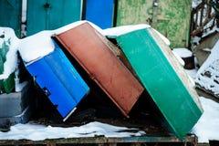 与说谎在冻湖岸的渔夫小船的冬天风景 免版税图库摄影