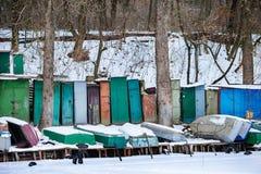 与说谎在冻湖岸的渔夫小船的冬天风景 库存图片