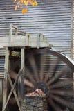 与水轮的段磨房 免版税图库摄影