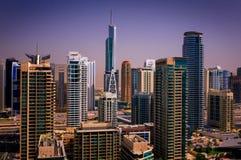 与水运河和昂贵的游艇,迪拜,阿联酋的惊人的五颜六色的迪拜小游艇船坞地平线 库存图片