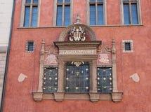 与黄金双拱和细节的美妙地装饰的红色门面 库存照片