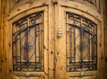 与黑金属装饰品的布朗木门 库存图片