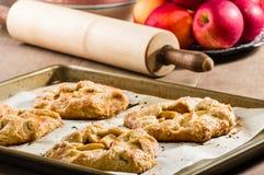 与滚针的温暖的苹果馅饼 免版税库存图片