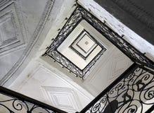 与锻铁扶手栏杆的楼梯 免版税库存图片