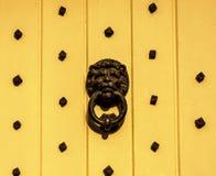 与黄铜敲门人的门以lion& x27的形式; s头,美好 库存照片
