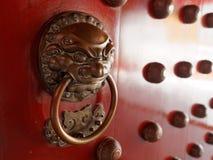 与黄铜的繁体中文门处理象征性狮子的头 图库摄影