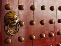 与黄铜的繁体中文门处理象征性狮子的头 库存图片