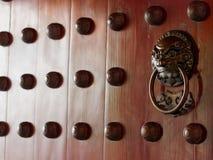与黄铜的繁体中文门处理象征性狮子的头 免版税库存照片