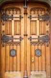 与黄铜装置的老木门 图库摄影