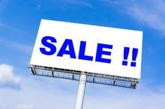 与`销售`词的白色广告牌 免版税库存图片