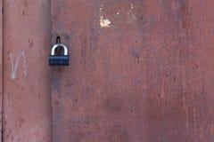 与黑锁的老铁门 免版税图库摄影